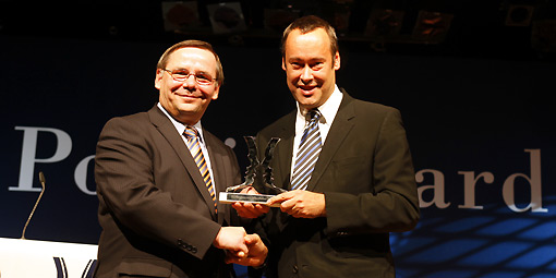 bpb-Präsident Thomas Krüger (rechts) nimmt den Politikaward entgegen. Foto: Moritz Vennemann